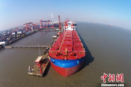 """航航拍全球最大的第二代超大型矿砂船""""远河海""""号。 殷立勤 摄"""
