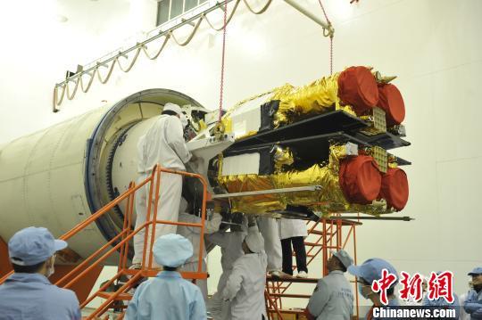 """1月19日,长征十一号固体运载火箭""""一箭六星""""发射任务圆满成功。图为研制团队在装配、调适火箭。中国运载火箭技术研究院供图"""