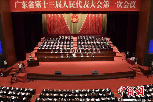 广东省十三届人大一次会议在广州开幕 陈骥�F 摄