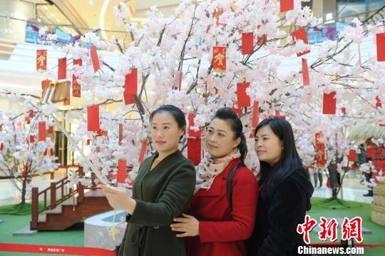 许多市民在此拍照 刘栋 摄