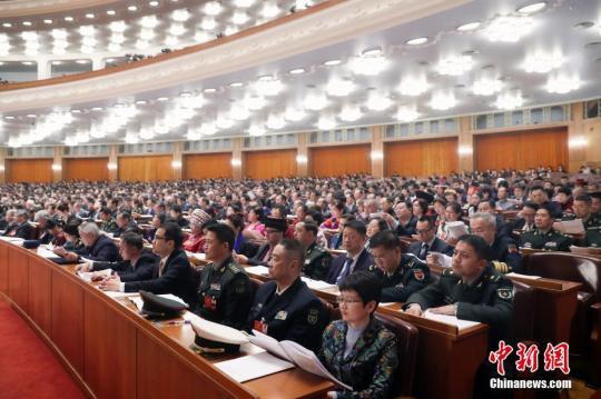 3月10日,全国政协十三届一次会议在北京人民大会堂举行第三次全体会议。14位委员围绕政治社会文化建设统战政协工作等作大会发言。 中新社记者 盛佳鹏 摄