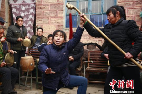 演员在表演桃树坪梆子腔。 赵昊 摄