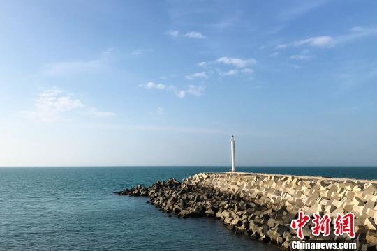 图为昌江核电厂码头的滨海风景。 洪坚鹏 摄
