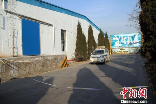 厂区内,通往燃爆事故现场的道路上拉起了警戒线。 于俊亮 摄