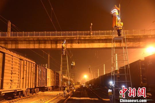 黎湛铁路电气化改造施工现场。 潘康 摄