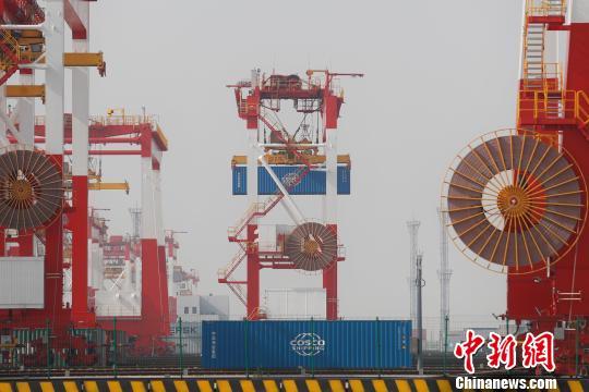 上海港年吞吐量破4000万尺度箱 张亨伟 摄