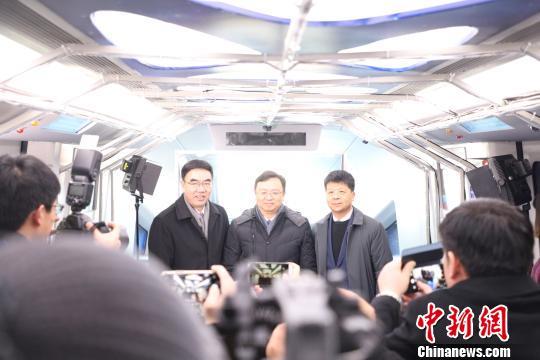 比亚迪董事长兼总裁王传福、华为副董事长兼轮值CEO郭平等共同见证云轨无人驾驶系统发布 比亚迪供图