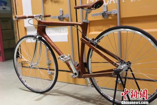"""2017年,杨洋自主设计制作的自行车获德国红点奖""""中国好设计""""优胜奖。 王昊昊 摄"""