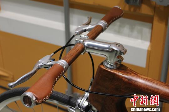 原材料巴西花梨木的价格约占一辆成品自行车价格的50%。 王昊昊 摄