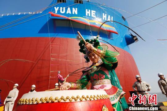 """全球最大的第二代超大型矿砂船""""远河海""""号在上海外高桥造船成功命名交付。 殷立勤 摄"""