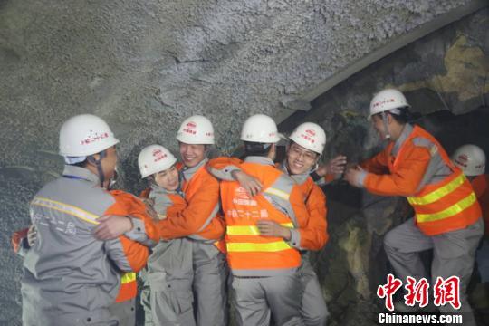 图为隧道胜利贯通,施工人员相拥而泣。(王智海)