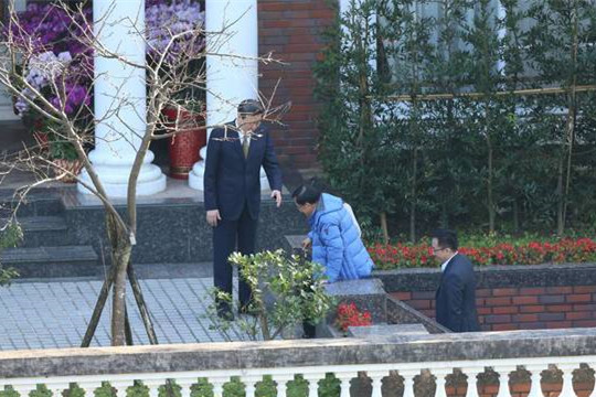 陈水扁登门时,李登辉事情室主任王燕军在门口迎候。(图片来源:台媒)