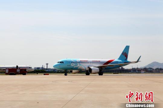 1月22日开端,乘坐长龙航空全部航班的游客,均可在空中持续应用手机。 长龙航空 供图 摄