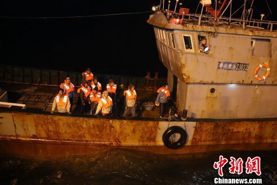 惠州海域一渔船发生碰撞 粤港接力10渔民获救 王欣 摄
