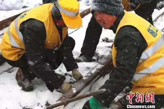 △顶风冒雪,建设者进行线路铺架施工