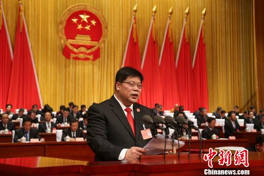 28日,山西省高级人民法院院长邱水平在省十三届人大一次会议上作法院工作报告。 武俊杰 摄