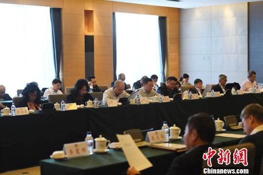 29日,在长春参加政协吉林省第十二届委员会第一次会议的吉林省政协委员展开分组讨论。 张瑶 摄