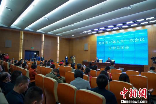 图为海南省六届人大一次会议记者见面会。 骆云飞 摄