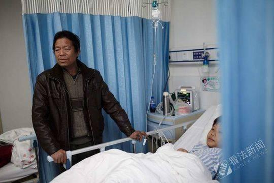小勇的爸爸在病房照看着孩子 摄/法制晚报·看法新闻记者 黑克