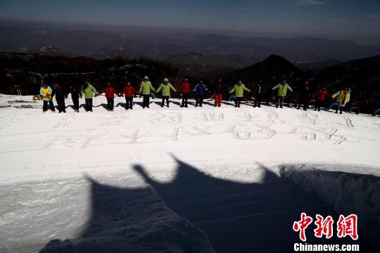 他们矗立在雪地上向母亲道歉 王中举 摄