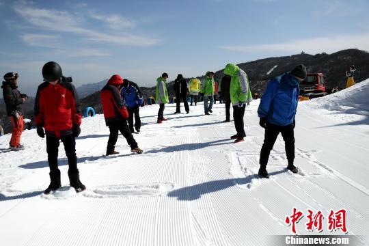 滑雪场春节岗位坚守者,在雪地里默默的踩着雪 王中举 摄