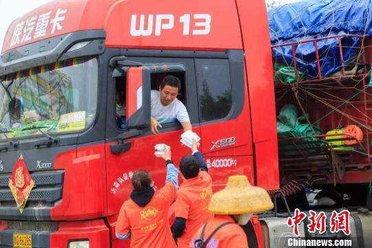 旅游爱心志愿者为货车司机提供免费午餐。官方供图