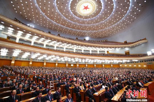 3月4日上午,第十三届全国人民代表大会第一次会议在北京人民大会堂举行预备会议。会议选举产生了十三届全国人大一次会议主席团和秘书长,通过了十三届全国人大一次会议议程。中新社记者 刘震 摄 刘震 摄