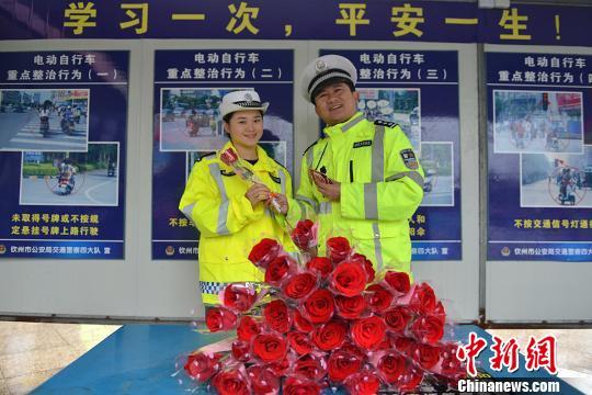 """广西钦州交警""""三八""""节浪漫执法 为女司机送玫瑰"""