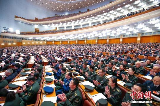 2018年3月11日,十三届全国人大一次会议在北京人民大会堂举行第三次全体会议。 中新社记者 刘震 摄 马学玲 摄