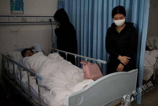 2月6日上午小勇在重症监护病房,搬到普通病房姐姐和妹妹还在为小勇的病情发愁 摄/法制晚报·看法新闻记者 黑克