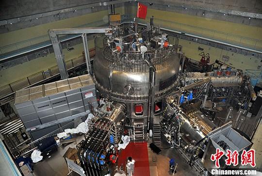 """10月24日,中国科学院合肥物质科学研究院等离子体物理研究所内,俗称""""人造太阳""""的全超导托卡马克实验装置(即东方超环,EAST)正在进行全面升级。中新社发 孙自法 摄"""