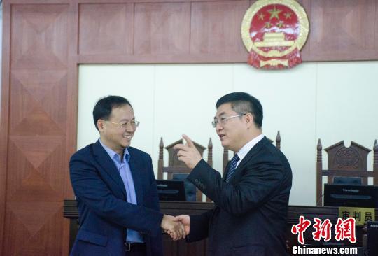 北海市市长李延强(右)与原告负责人庭后交流 翟李强 摄