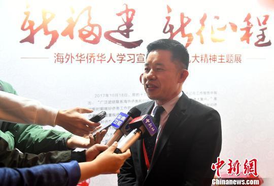 图为陈玉树接受记者采访。 吕明 摄