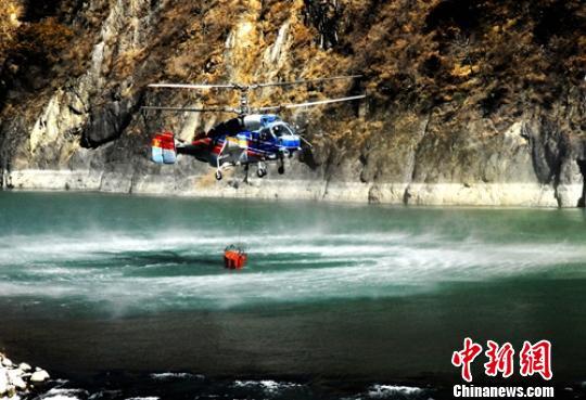 直升机正在雅砻江取水灭火。南方航空护林总站