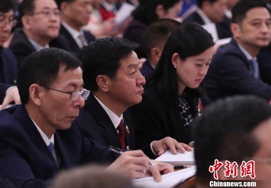 全国人大代表,浙江省人民检察院党组书记、检察长贾宇(中) 刘震 摄
