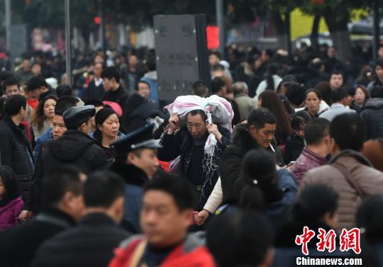 重庆火车站迎春运返程客流高峰。 陈超 摄