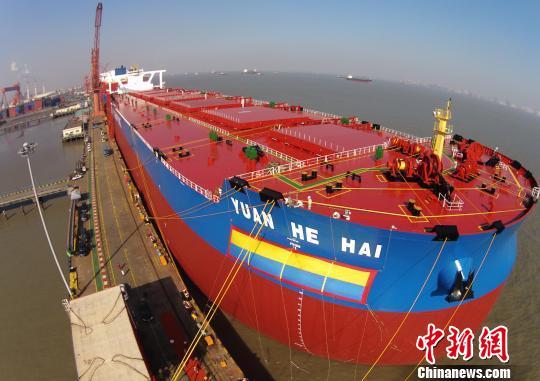"""航拍全球最大的第二代超大型矿砂船""""远河海""""号。 殷立勤 摄"""