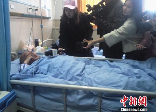 王先生病床上接受采访。 王鹏 摄