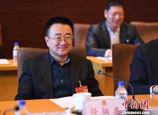 29日,吉林省政协委员、东北师范大学生命科学学院教授任炳忠参加政协吉林省第十二届委员会第一次会议分组讨论。 张瑶 摄