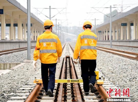 图为作业人员正在使用轨道检测仪对綦江东站内线路进行检测。 中国铁路成都局集团有限公司 供图