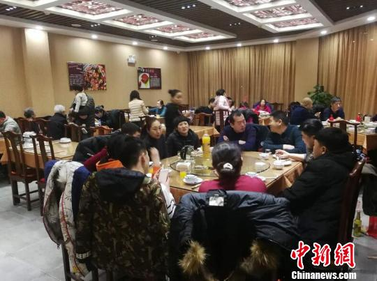 廊坊市区一餐厅市民正常就餐 宋敏涛 摄