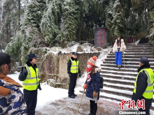 安徽黄山因暴雪临时封闭 应急工作有序开展
