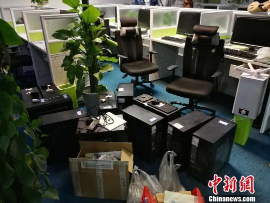 辽宁省公安厅5日通报,大连市公安局破获一起非法传播色情软件案,涉案金额逾1.4亿元人民币。图为扣押的作案工具。 钟欣 摄