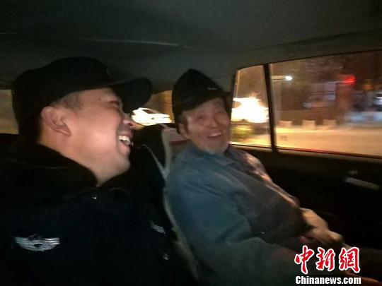 迷路的85岁黄老先生告诉民警,就想出来走走看看,特别开心。警方供图