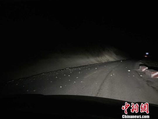 图为震区公路上的碎石。青海省地震局供图