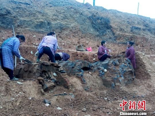 四川青神发现宋代家族墓群 出土铜镜酒杯等精美文物