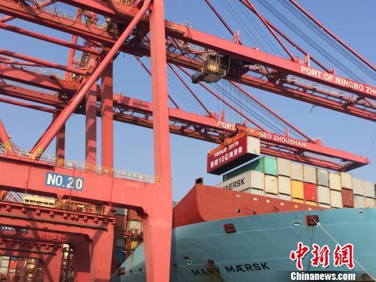 """图为宁波舟山港年货品吞吐量超""""10亿吨""""。 林波 摄"""