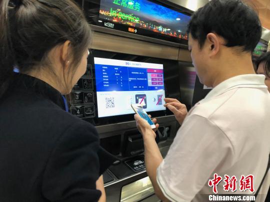 大众能够用手机便利购票。 陈悦 摄