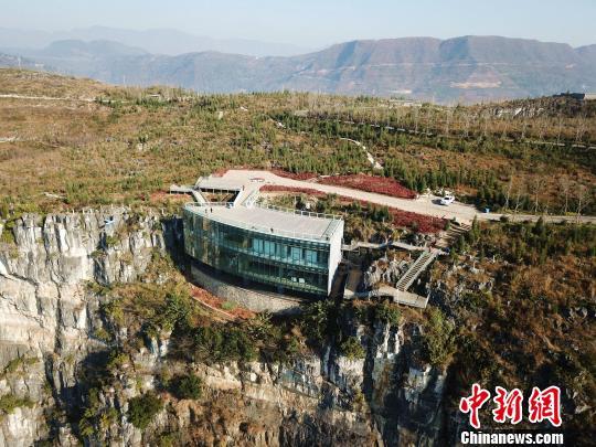 """建在峭壁凹陷处的""""悬浮美术馆""""。 刘朝富 摄"""