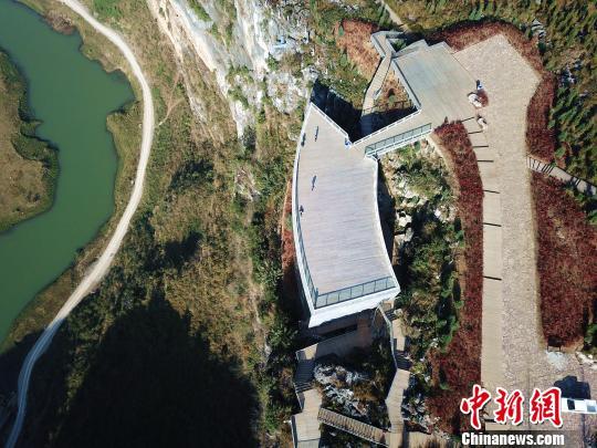 """修建在岩壁之上""""悬浮美术馆"""",俯视山谷,一切风景尽收眼底。 刘朝富 摄"""